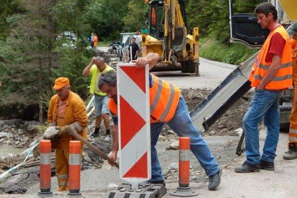 Práce na opravách poškodenej cesty vo Vrátnej pokračujú.