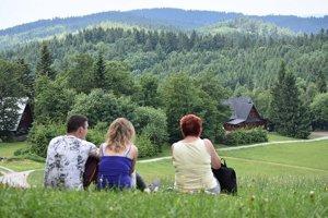 Posedenie na Kohútke. Na jednej strane je Morava, na druhej Slovensko.