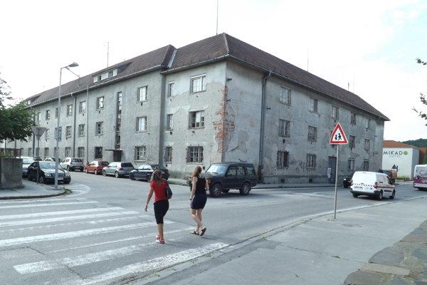 Bývalý DOS na Hollého ulici. Vzadu vpravo vidieť hotel Mikádo.