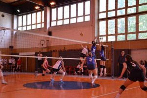 Hráčky ŠŠK OA (v bielom) v úvode zdolali obhajcu titulu Doprastav Bratislava.