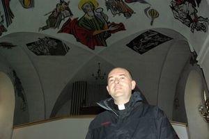 Farár Miroslav Sobčák a nad ním unikátne maľby.