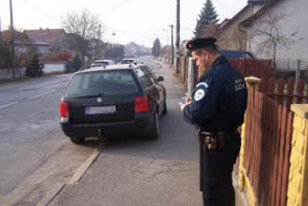 Akcia zameraná na parkovanie. Tento vodič dostal za zlé parkovanie len pokarhanie.