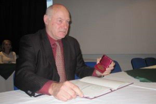 Primár František Cisarik. So zlatou medailou v ruke a poctou Slovenskej lekárskej spoločnosti.