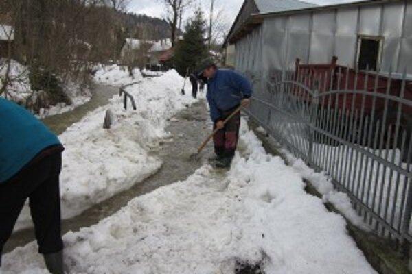 Potok sa vybrežil, zatopil niekoľko domov.