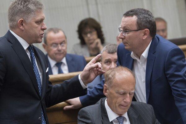 Robert Fico (SMER), Jaroslav Paška a Tibor Bernaťák (obaja SNS) počas 33. schôdze NR SR.