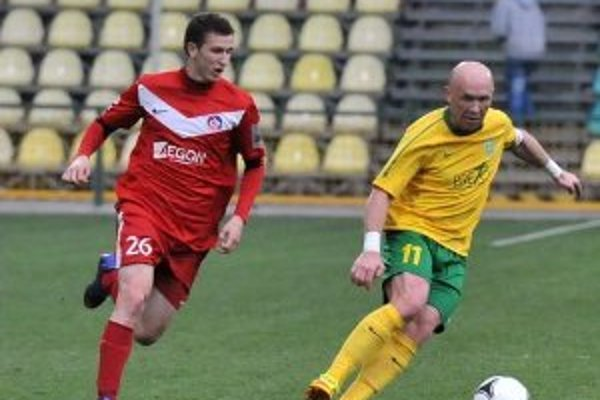 V 27. kole futbalovej Corgoň ligy hrala 14. apríla 2012 domáca MŠK Žilina s AS Trenčín. Na snímke druhý gól domácich dal žilinský kapitán Miroslav Barčík (s loptou), ktorého prenasleduje hráč AS Trenčín Samuel Štefánik.