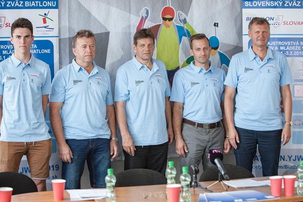 Na snímke zľava slovenský juniorský reprezentant Tomáš Sklenárik, tréner Milan Gašperčík, prezident SZB Tomáš Fusko, ambasádor šampionátu Pavol Hurajt a viceprezident Medzinárodnej biatlonovej únie (IBU) Ivor Lehoťan.