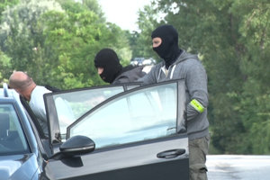 Muža zadržali na výjazde R1 na Cabajskú cestu.