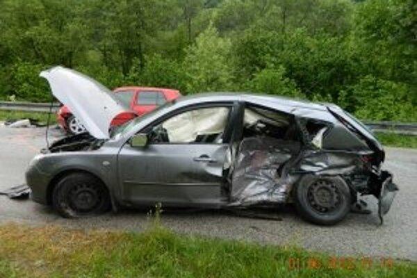 Takto vyzerala mazda po nehode. Spolujazdci na zadných sedadlách to neprežili.