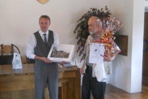 Víťaz Miroslav Pfliegel (vpravo) pri preberaní ceny.