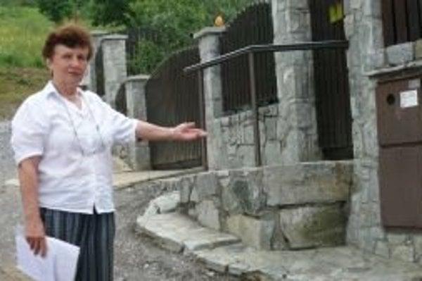 Poslankyňa Anna Smikoňová ukazuje, aká úzka ostala cesta po odpredaji pozemku.