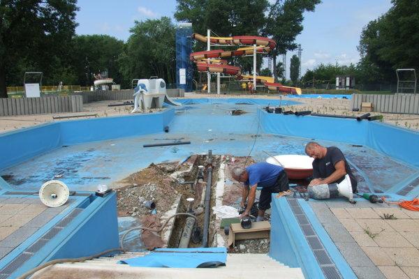 Vlani dalo mesto vynoviť detský bazén.