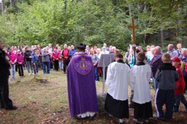 Na krížovej ceste si pripomenuli výročie obce