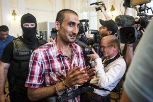 Hlavný podozrivý L.S. z Afghanistanu prichádza na súd.