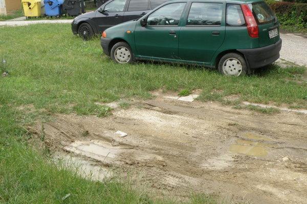 Samospráva chce budovaním nových parkovacích miest zabrániť aj takýmto poškodeniam zelene.