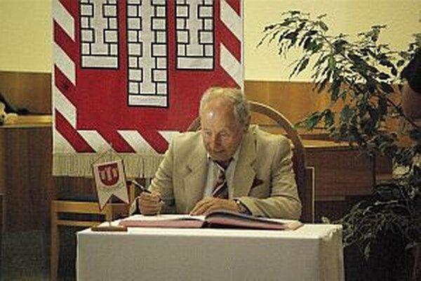 Gustáv Ulický počas preberania ocenenia, ktoré mu udelilo Mesto Považská Bystrica.