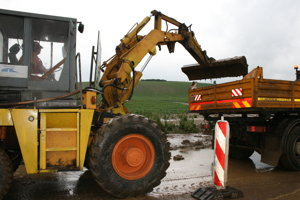 Cestári odpratávajú bahno z polí