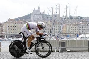 Cyklisti používajú v časovkách špeciálne bicykle. Na snímke jeden z najlepších časovkárov na svete Tony Martin počas časovky na Tour de France 2017 v nemeckom Düsseldorfe.
