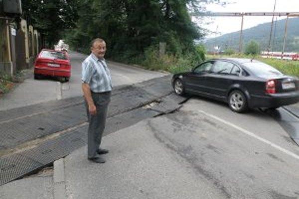 Pavel Hložný na priecestí. Tvrdí, že prejsť tadiaľto tak, aby nepoškodil auto, si vyžaduje značné majstrovstvo.