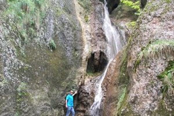 Hlbocký vodopád vysoký asi desať metrov.
