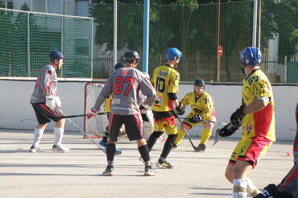 Dva veľmi kvalitné a dramatické zápasy prinieslo finále Novozámockej hokejbalovej ligy, ktoré rozohrali cez víkend.