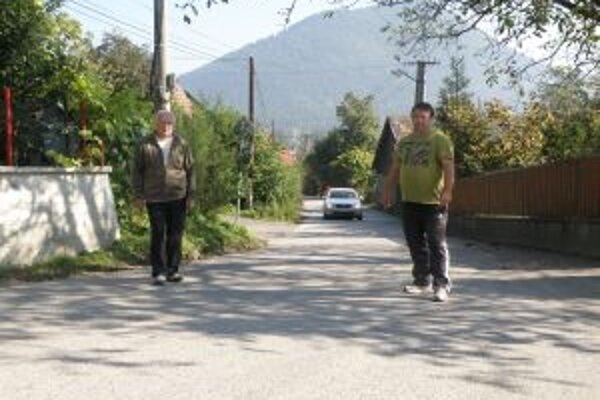 Miroslav Šíbik a Ján Púček. Vraňanci žiadajú cestu uzavrieť. Chodec má problém vyhnúť sa autám.