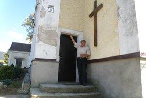 Kostol sa rozpadáva. Anton Ďurana ukazuje prasklinu na veži.
