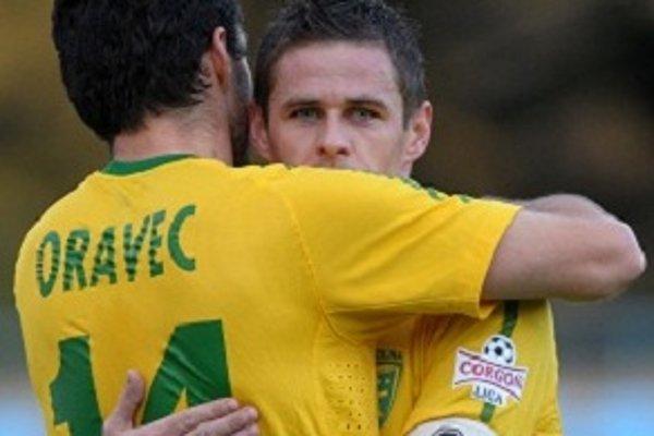 Tomáš Oravec a Róbert Jež sa tešia z gólu do siete Nitry.