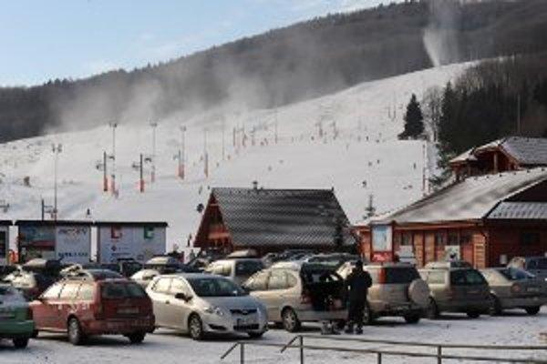 Priaznivci zimných športov strávia príchod nového roka na horách.