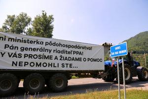 Kolóna strojov s transparentmi počas protestnej jazdy farmárov na traktoroch práve opúšťa okres Zvolen a prechádza do okresu Žiar nad Hronom.