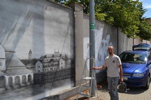 Daniel Hlavka pokračuje v maľbách na Okružnej ulici.