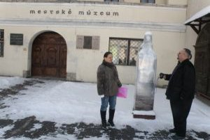 Ďurčanského busta čaká na odhalenie pred mestským múzeom obalená v celofáne. To, že by tam mala stáť, sa nepozdáva ani miestnym obyvateľom Soni Vanovčanovej a Miroslavovi Bellanovi.