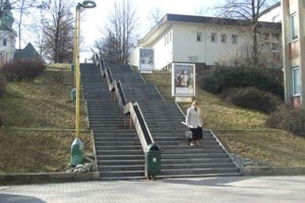 Schody na Kmeťovej ulici čaká po zime oprava.