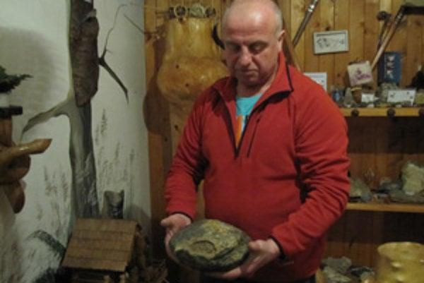 Ondrej Štefko s meteroitom. Jeho zbierka obsahuje aj vzácne minerály.