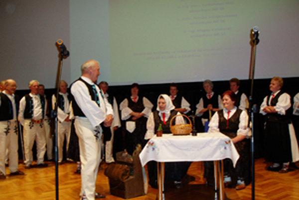 Na 1. ročníku Jarného festivalu hendikepovaných umelcov vystúpil aj Folklórny súbor Drotár, ktorý doprevádzal kysuckých drotárov.