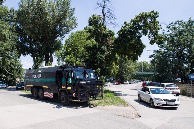 Policajné auto na Tyršovom nábreží.
