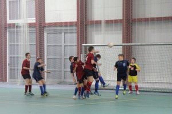 Košečania (vo fialovom) dávajú gól Udiči.