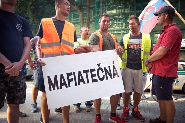 Farmári protestovali pred budvou ministerstva.