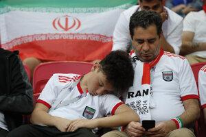 Fanúšik Iránu zaspal počas čakania na úvod stretnutia.