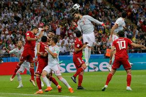 Gerard Piqué vyhráva hlavičkový súboj.
