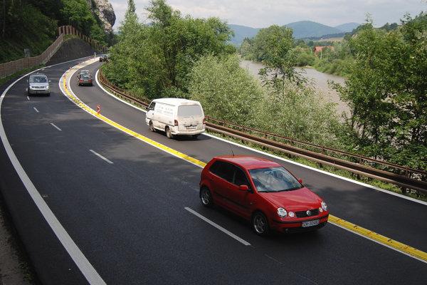 Na troch pruhoch sa jazd=i od roku 2009. Vávoj dopravnej situácie si vyžiadal zmenu.