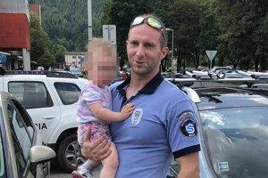 Mestskí policajti zo Svitu zachránili dieťa zo zamknutého auta.