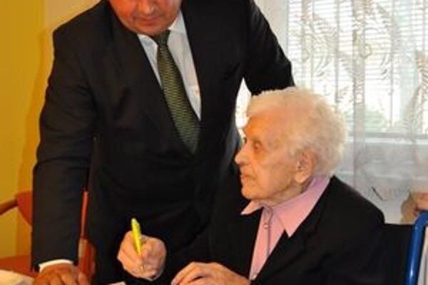Primátor Žiliny Igor Choma s oslávenkyňou.
