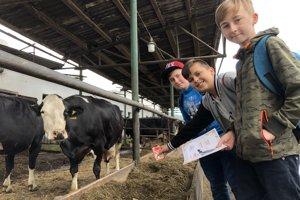 Na snímke šiestaci zo Základnej školy Komenského v Lipanoch počas prehliadky farmy v Zborove.