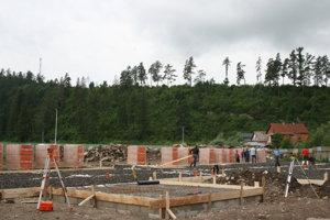 Pri výstavbe pomáhajú aj osadníci