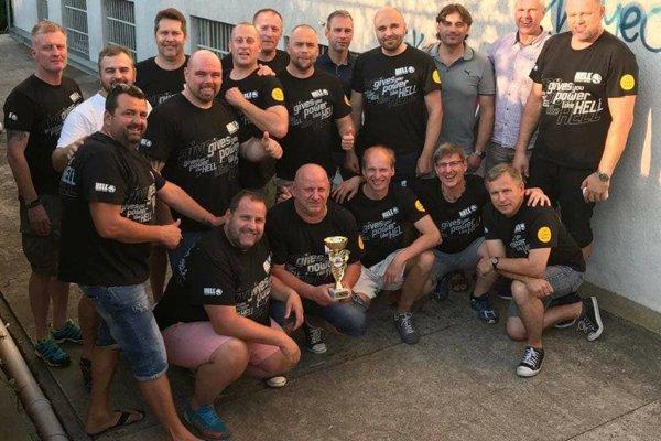 VK Veteráni Košice s trofejou za víťazstvo na turnaji v Prahe.