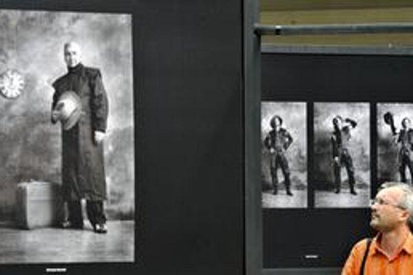 """Ilustračné foto z vernisáže veľko-formátových fotografií Jana Saudka """"Tváře Národního divadla"""" v Prahe."""