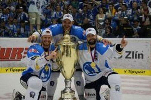 Tomáš Frolo (v strede) s pohárom pre majstra českej ligy.