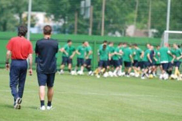 Zľava chrbtom atletický tréner Milan Ťapay a nový tréner MŠK Pavel Hapal.