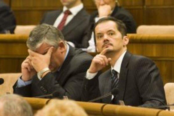 Ján Slota a Rafael Rafaj. Šéf SNS možno práve telefonuje s jedným z voličov.
